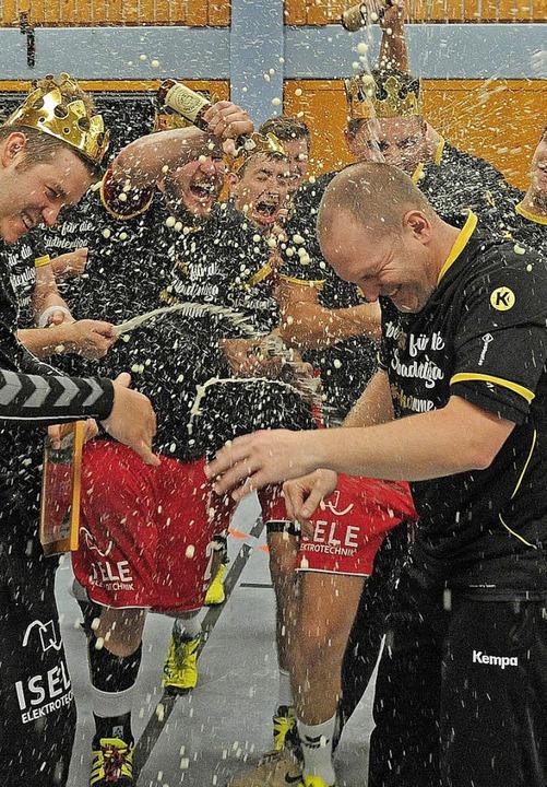 Bierdusche für Trainer Mirko Reith  | Foto: Pressebüro Schaller