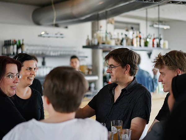 Monika Stein feiert ihr Wahlergebnis im Café Hermann.