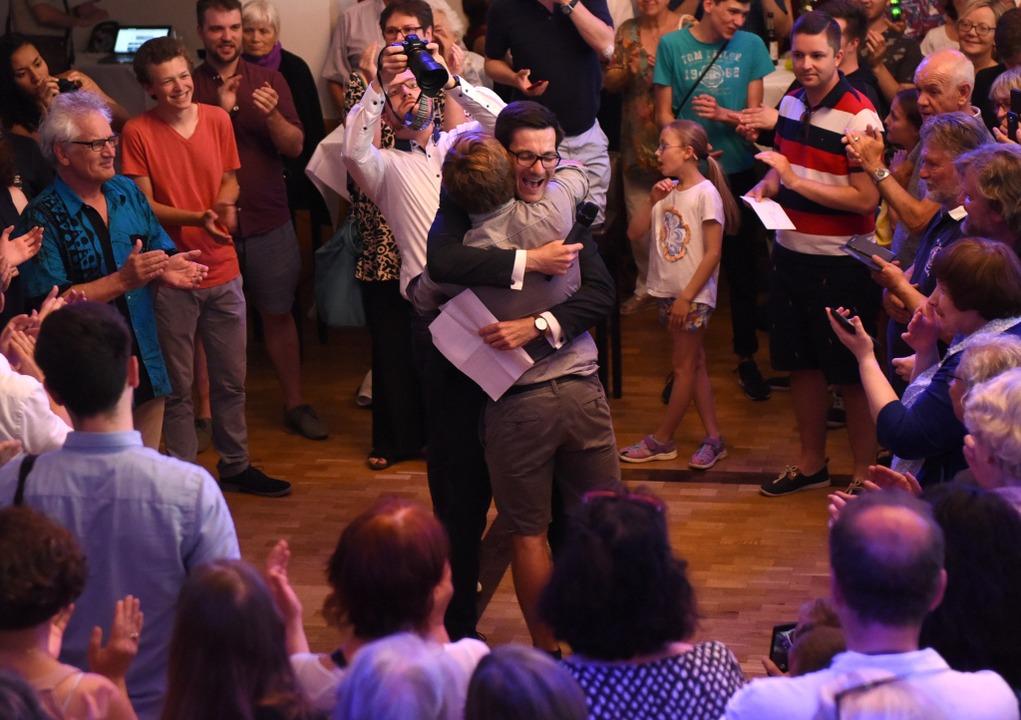 Martin Horn ruft jeden seiner Mitarbeiter auf und umarmt ihn.  | Foto: Rita Eggstein