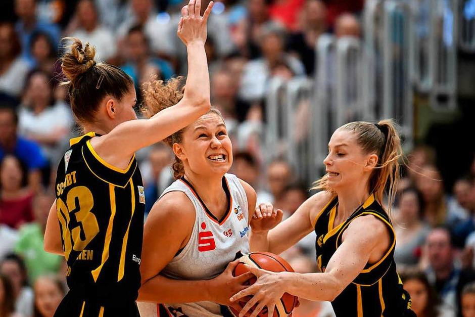 Freiburgs Basketballerinnen gewinnen das entscheidende Spiel gegen Jahn München 75:64 und sind wieder erstklassig. Nach Spielende gab es daher richtig was zu feiern. (Foto: Patrick Seeger)
