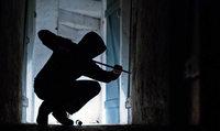Einbrecher klettern auf Balkon und hebeln Türe auf