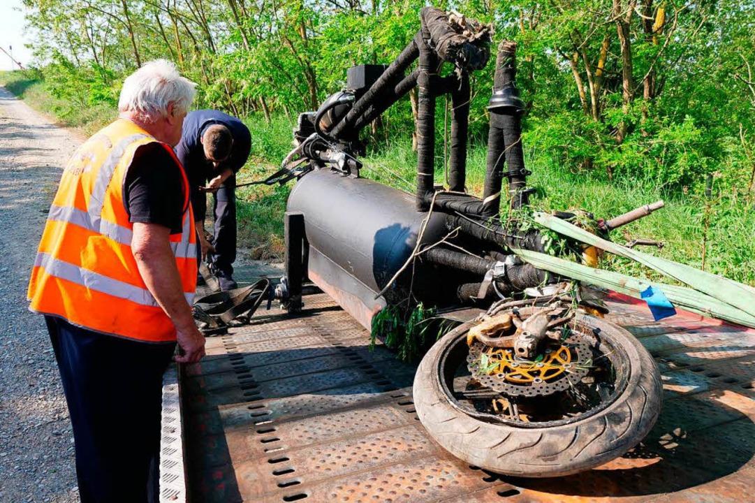 François Gissys raktenbetriebens Dreirad wird an der Unfallstelle geborgen.  | Foto: Kamera24