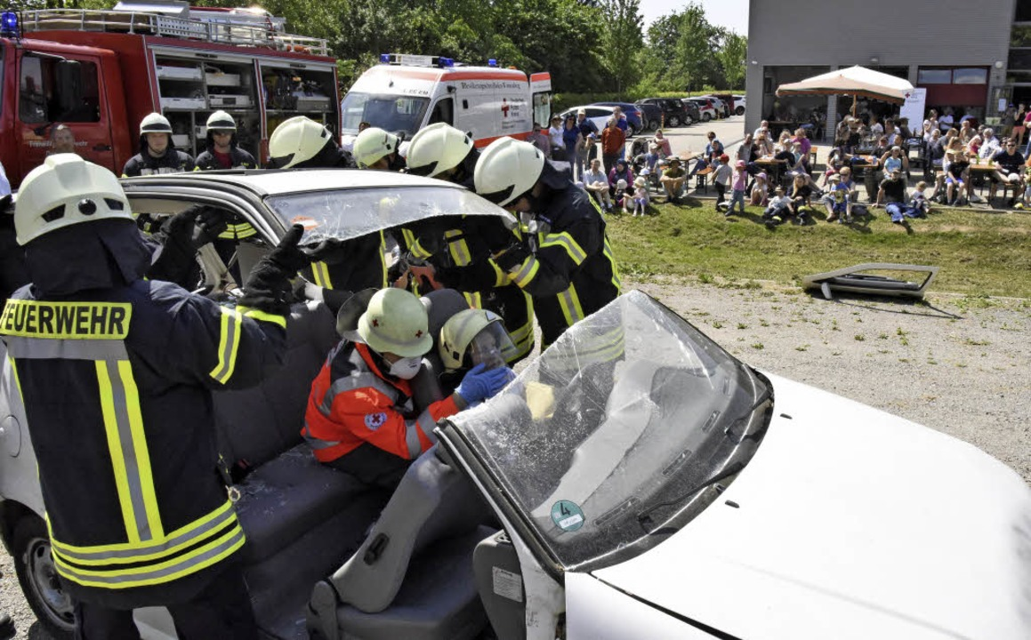 Feuerwehr und Rotes Kreuz demonstriert...tung einer verletzten Fahrzeuginsassin  | Foto: Markus Zimmermann