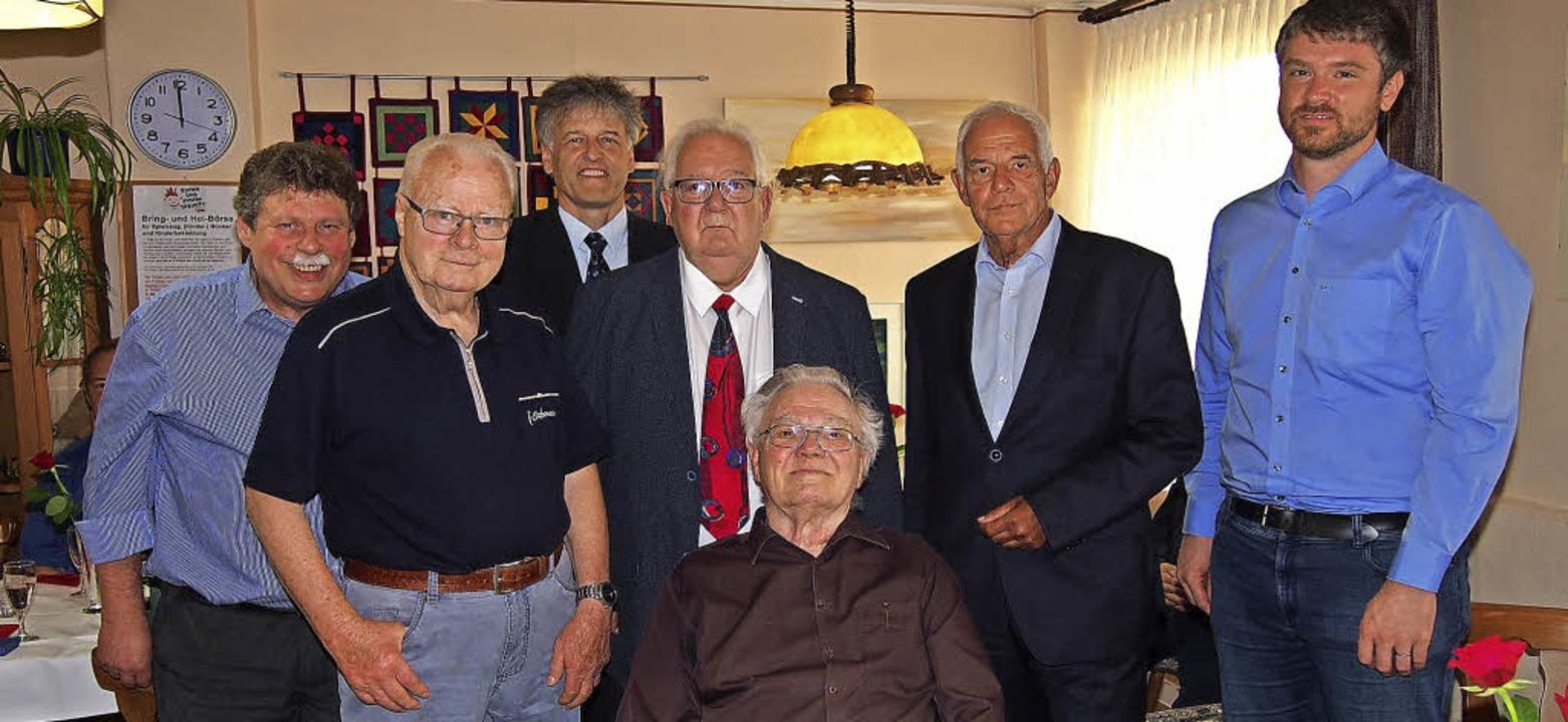 Drei treue SPD-Mitglieder ehrte der Or...nd Jonas Hoffmann (hinten von links).   | Foto: Gabriele Poppen
