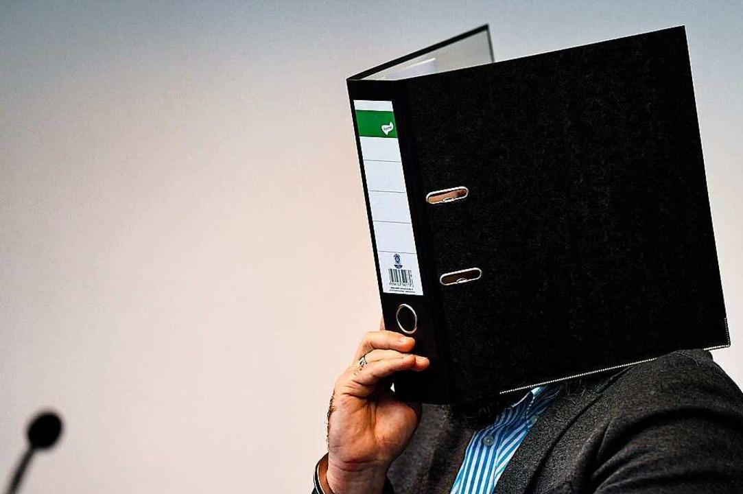 Der Angeklagte Knut S. beim Prozessauf...esicht vor den Kameras der Fotografen.  | Foto: dpa