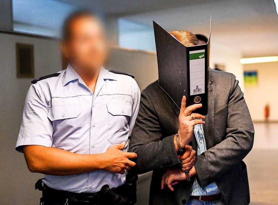 Knut S. wird am Montag zum Gerichtssaal geführt.  | Foto: dpa
