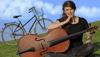 Cellistin auf Fahrradtour