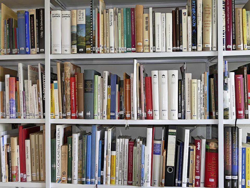 Der Verein hat eine Menge an Büchern  ... und leiht es bei Wolfgang Bocks aus.   | Foto: Elena Bischoff