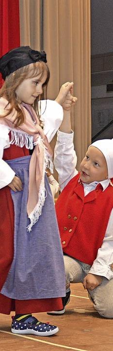 Kindergartenkinder in Hanseli- und Vreneli-Trachten führten Tänze auf.  | Foto: Edgar Steinfelder
