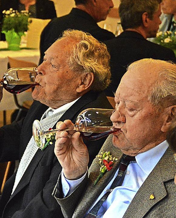 Alte Mannen beim Hebelmähli.  | Foto: Edgar Steinfelder