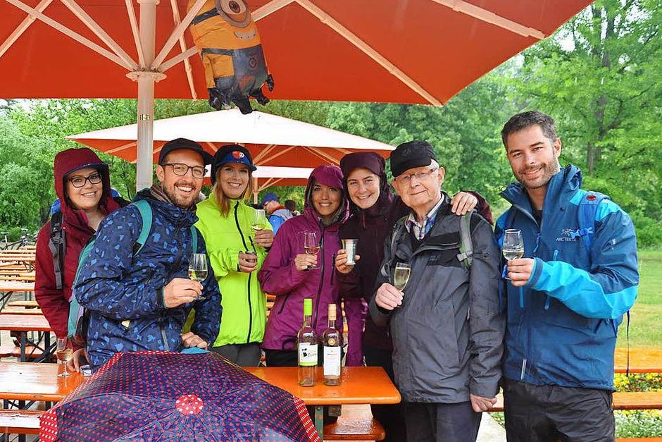 Eine traumhafte Landschaft, feine Weine und viele fröhliche Gesichter – die Markenzeichen des Gutedelwandertages. (Foto: Jutta Schütz)