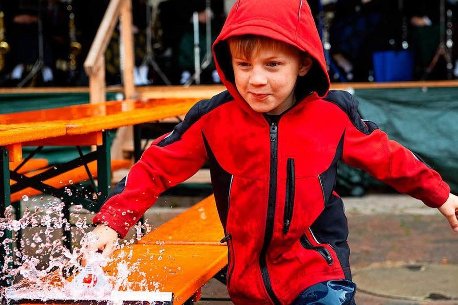 Alle helfen mit, Moritz kämpft gegen den Regen. (Foto: Wolfgang Scheu)