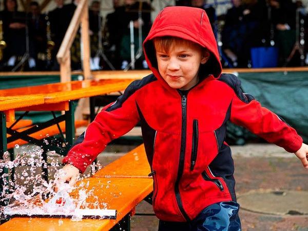 Alle helfen mit, Moritz kämpft gegen den Regen.