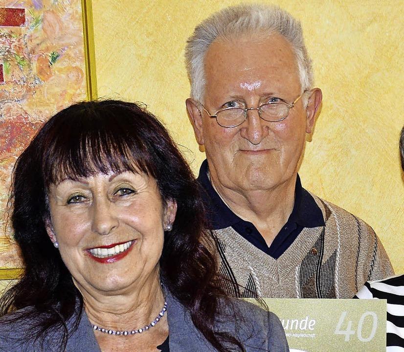 Vorsitzende Heini Malnati mit Horst Su...r AWO seit  40 Jahren die Treue hält.   | Foto: Georg Diehl