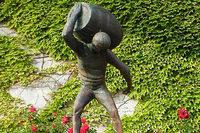 Unbekannte stehlen 200 Kilo schwere Bronzestatue aus den Weinbergen