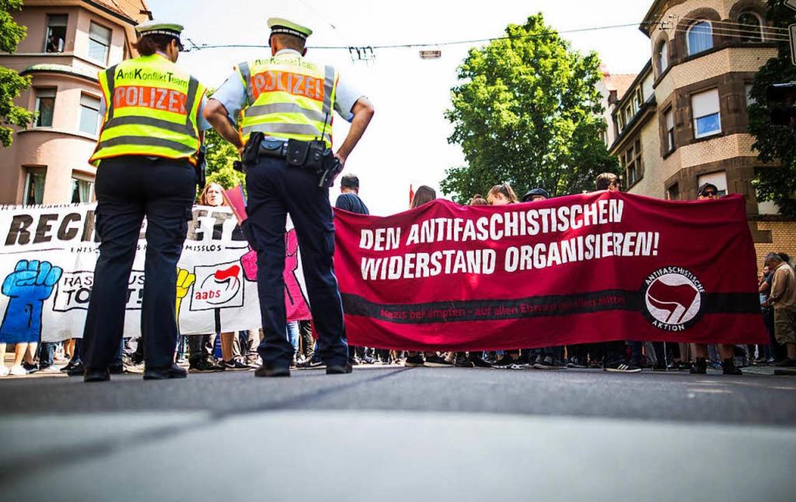 Nach Auskunft der Polizei versammelten sich bis zu 350 Gegendemonstranten.  | Foto: dpa