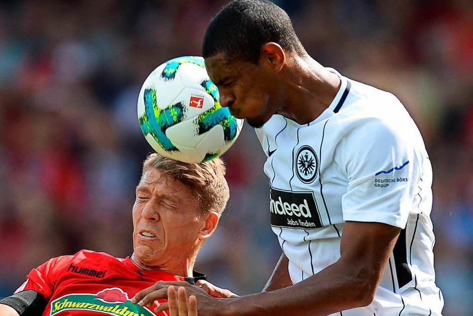 Ein müdes 0:0 zum Auftakt: Gegen Eintracht Frankfurt spielt die Streich-Elf unentschieden. Gleichzeitig aber wird das erste Tor in der Bundesliga-Geschichte mit Hilfe des Video-Beweises zurückgenommen. (Foto: dpa)