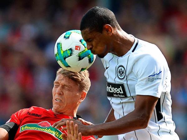 Ein müdes 0:0 zum Auftakt: Gegen Eintracht Frankfurt spielt die Streich-Elf unentschieden. Gleichzeitig aber wird das erste Tor in der Bundesliga-Geschichte mit Hilfe des Video-Beweises zurückgenommen.