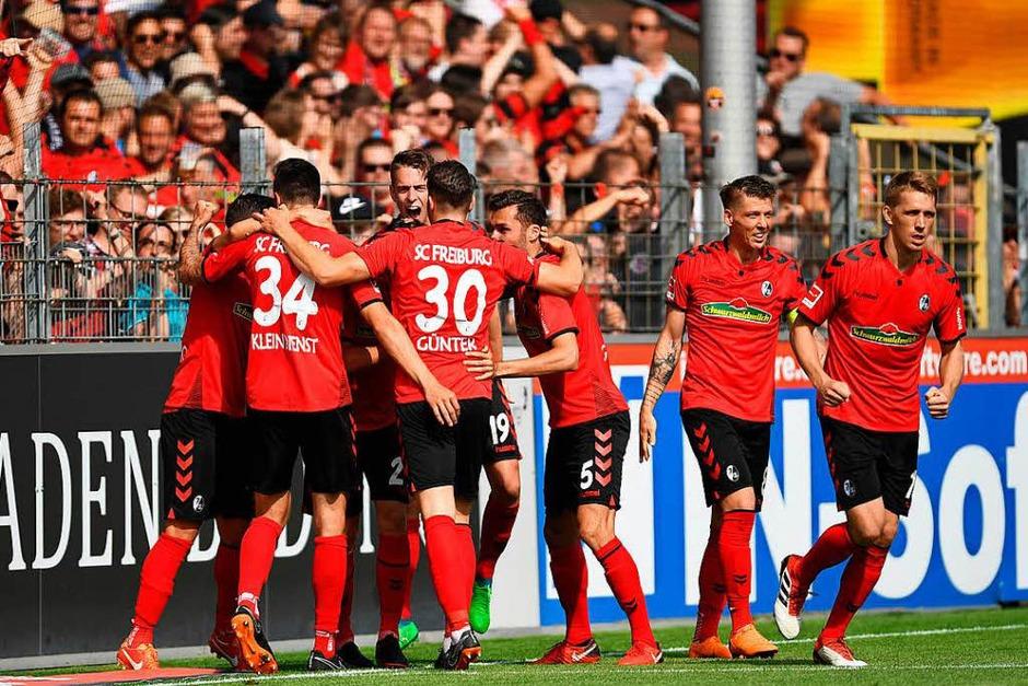 Die Freiburger sichern den Klassenerhalt gegen den FC Augsburg. 2:0 gewinnen die Freiburger vor heimischer Kulisse. (Foto: dpa)