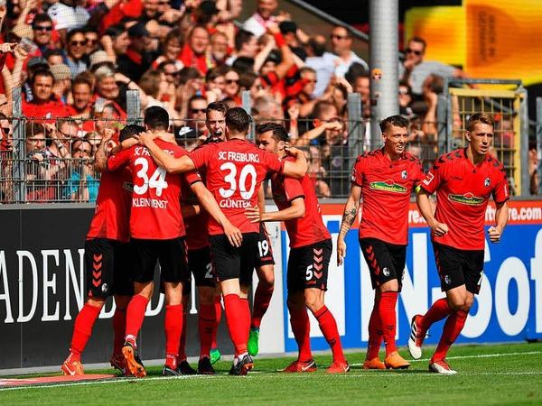 Die Freiburger sichern den Klassenerhalt gegen den FC Augsburg. 2:0 gewinnen die Freiburger vor heimischer Kulisse.