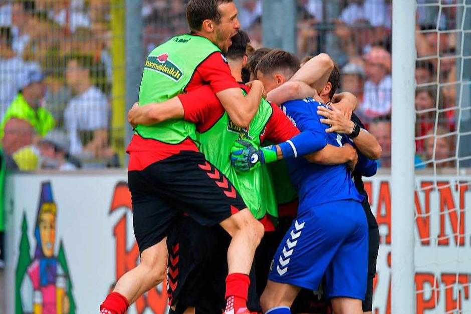 Der SC Freiburg und seine Fans feiern den Klassenerhalt. (Foto: Achim Keller)