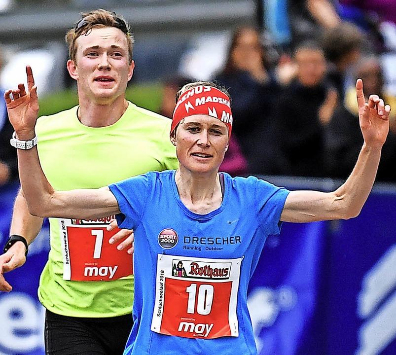 Biathlet Benedikt Doll bolzt Tempo für...in der Frauenwertung sicher ins Ziel.   | Foto: PATRICK SEEGER