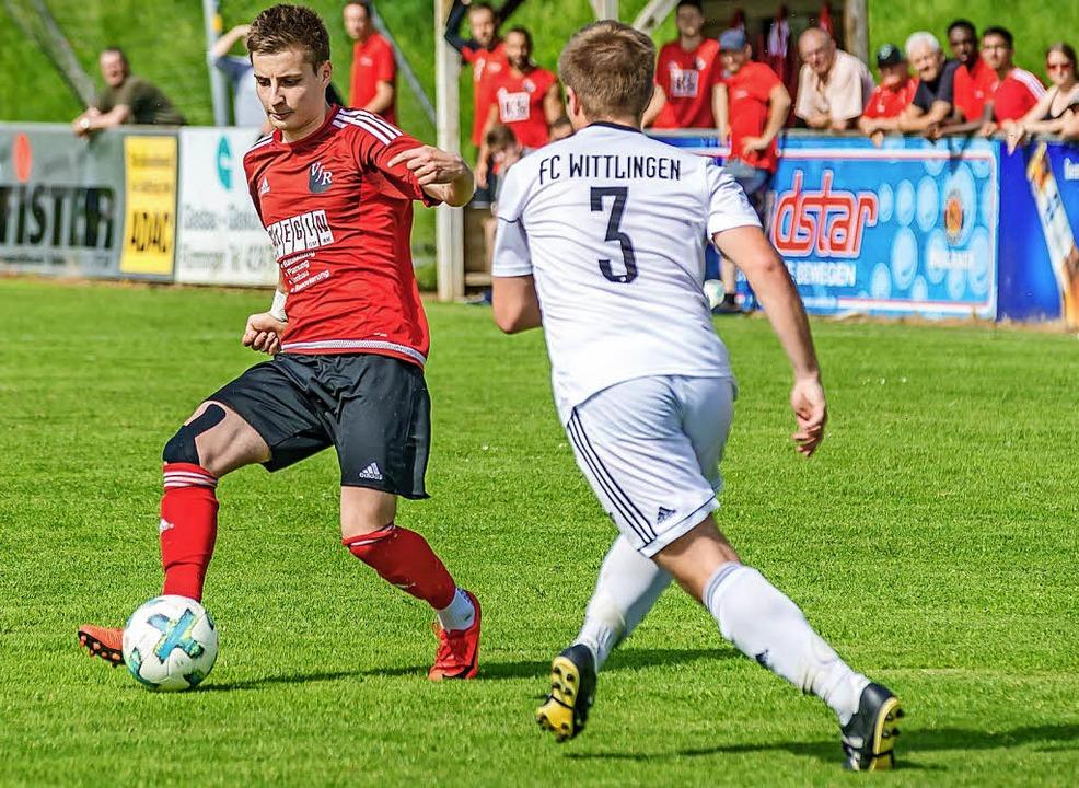 Wittlingen mit  Timo Kronenberger (rec...idt  in der Nachspielzeit zum 1:1 aus.  | Foto: Thorsten Springmann