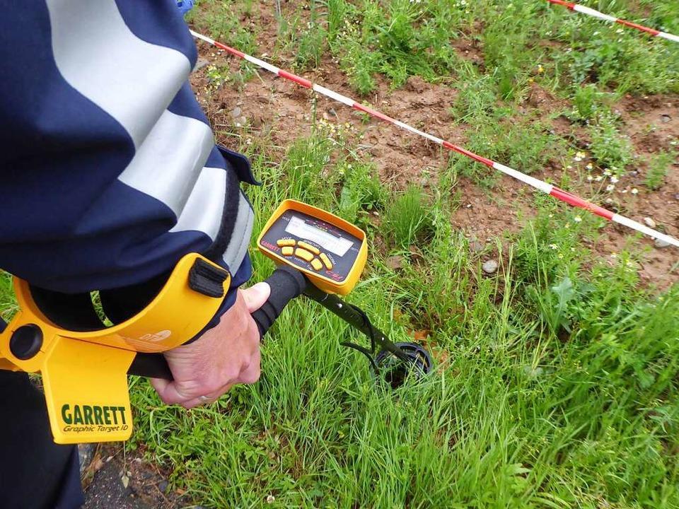 Bei der Suche wurden auch Metalldetektoren eingesetzt.  | Foto: Helmut Seller