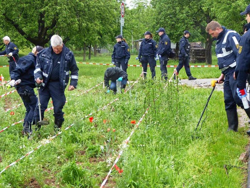 Zur akribischen Suche wurden diverse A...r Wiese mit Absperrbändern abgegrenzt.  | Foto: Helmut Seller