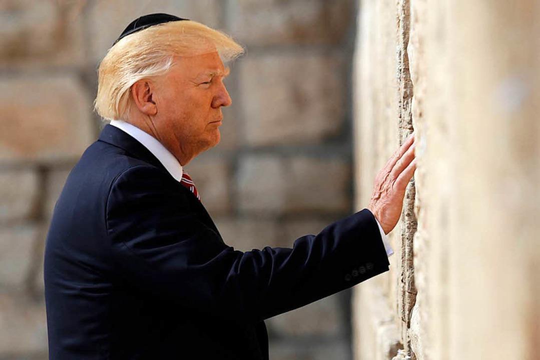 US-Präsident Donald Trump berührt im M...Klagemauer in Altstadt von Jerusalem.   | Foto: dpa
