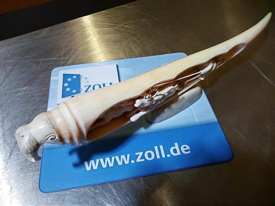 Verbotenes Mitbringsel: Ein Mann aus d...211; und den Stoßzahn eines Walrosses.  | Foto: Zoll