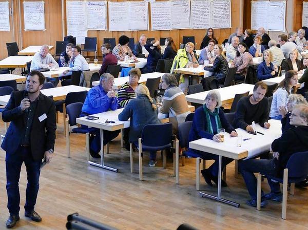 Gut 80 Bürgerinnen und Bürger beteiligten sich unter Moderation von Thomas Uhlendahl