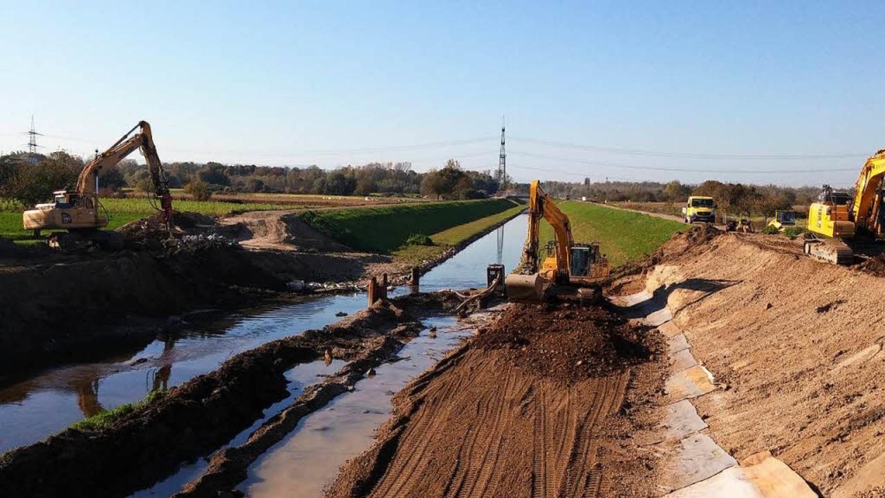 Arbeiten im 2. Bauabschnitt am Schutte... von Rad- und Fußwegen im Dammbereich.  | Foto: Regierungspräsidium