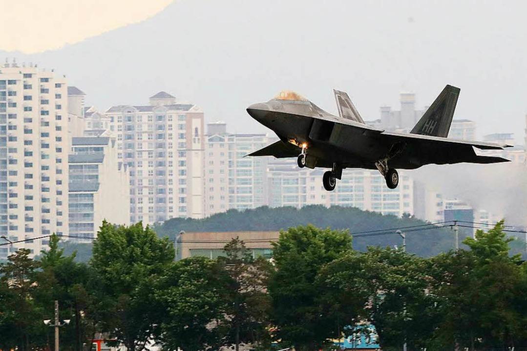 Ein amerikanischer F-22 Raptor bei der gemeinsamen Militärübung mit Südkorea.  | Foto: dpa