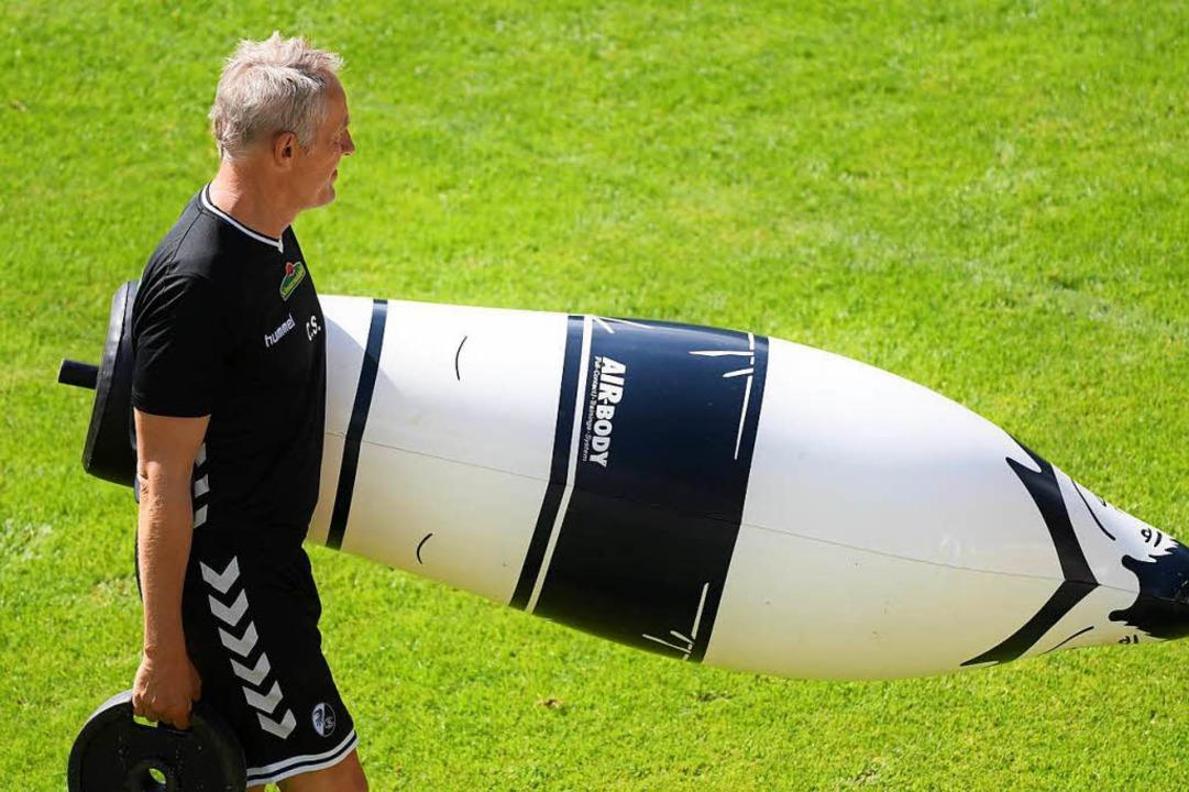 Im Juli wird Christian Streich mit sei... wieder auf dem Trainingsplatz stehen.  | Foto: Achim Keller