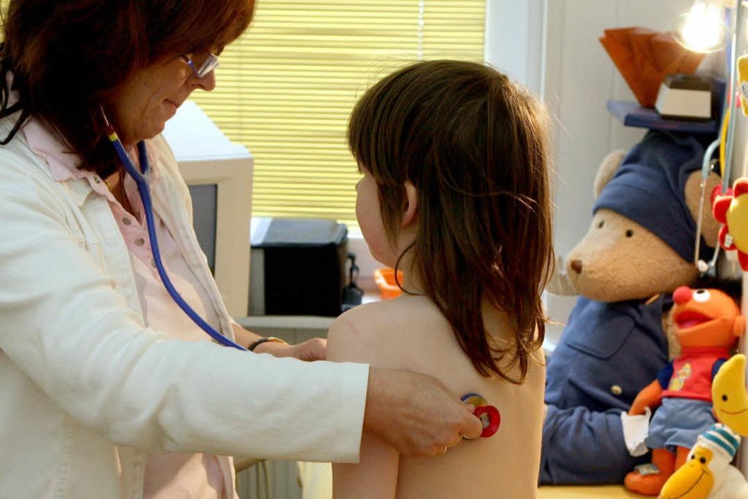 Eine Kinderärztin untersucht ein Mädchen (Symbolbild).  | Foto: dpa