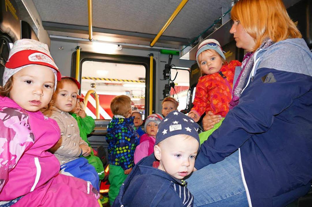 Auch die Fahrerkabine des Feuerwehrfah...durften die Kinder in Beschlag nehmen.  | Foto: Juliane Kühnemund
