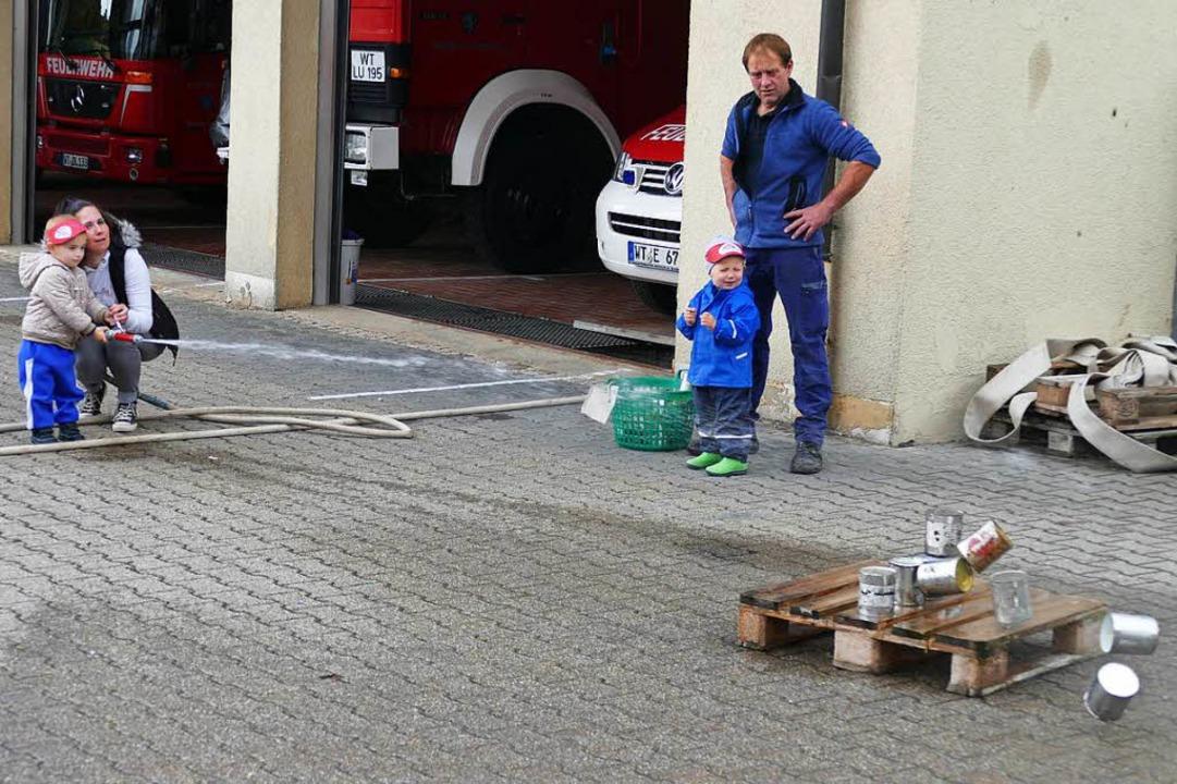 Dosen wegspritzen – eine tolle Sache.  | Foto: Juliane Kühnemund