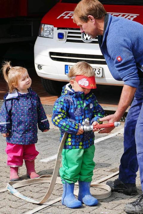 Lustige Wasserspiele hatte Gesamtkomma... Ketterer für die Kleinen vorbereitet.  | Foto: Juliane Kühnemund
