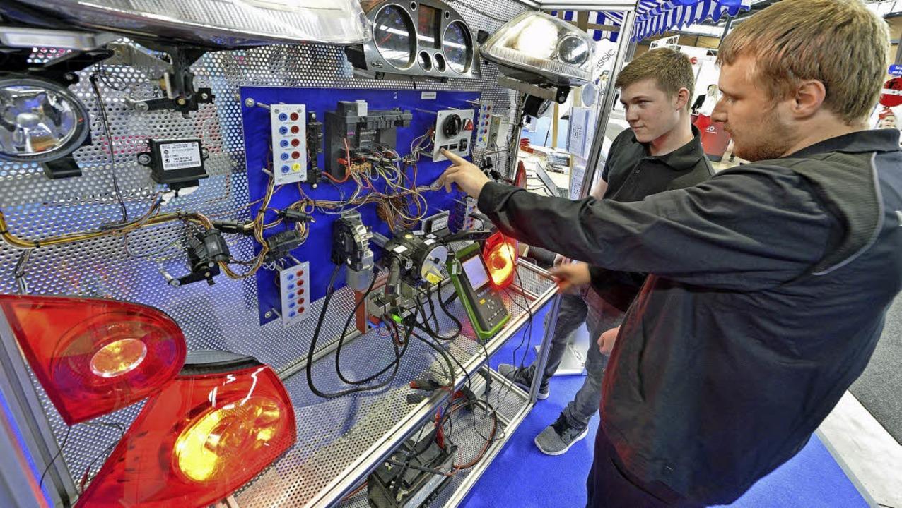 Einen Einblick in die Auto-Elektrik ge...n junge Leute bei der Job-Start-Börse.  | Foto: Michael Bamberger