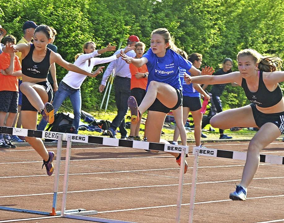 Dynamisch über die Hürden sprinteten d...nnen der Altersklassen U 14 und U 16.   | Foto: junkel