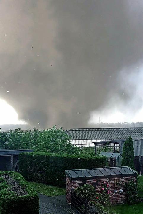 Ein Tornado richtet am Mittwochabend im Raum  Viersen Schäden an.   | Foto: dpa