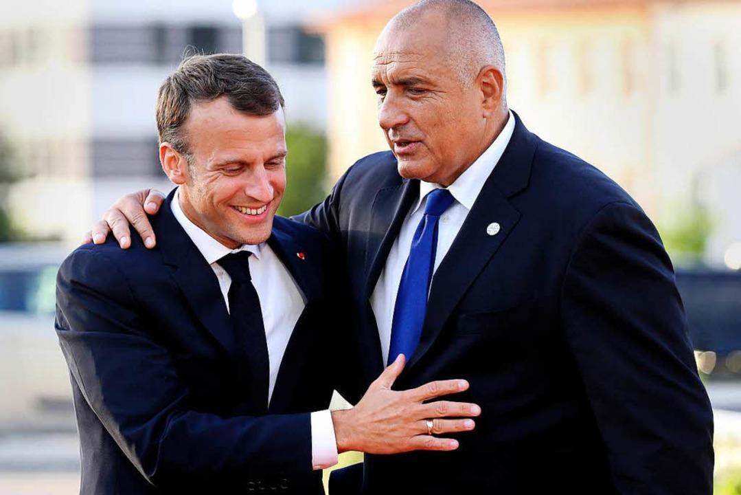 Emmanuel Macron wird von Bojko Borisso...isterpräsident von Bulgarien, begrüßt.  | Foto: dpa