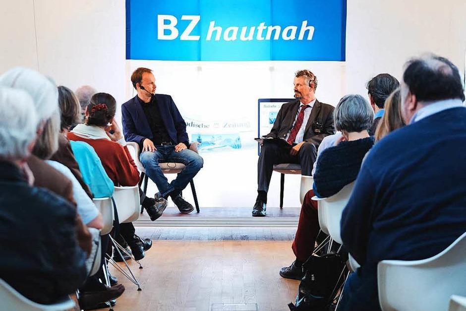 BZ-Politikchef Dietmar Ostermann (links) moderierte die Diskussion mit Gernot Erler, Staatsaminister a.D. (Foto: Miroslav Dakov)