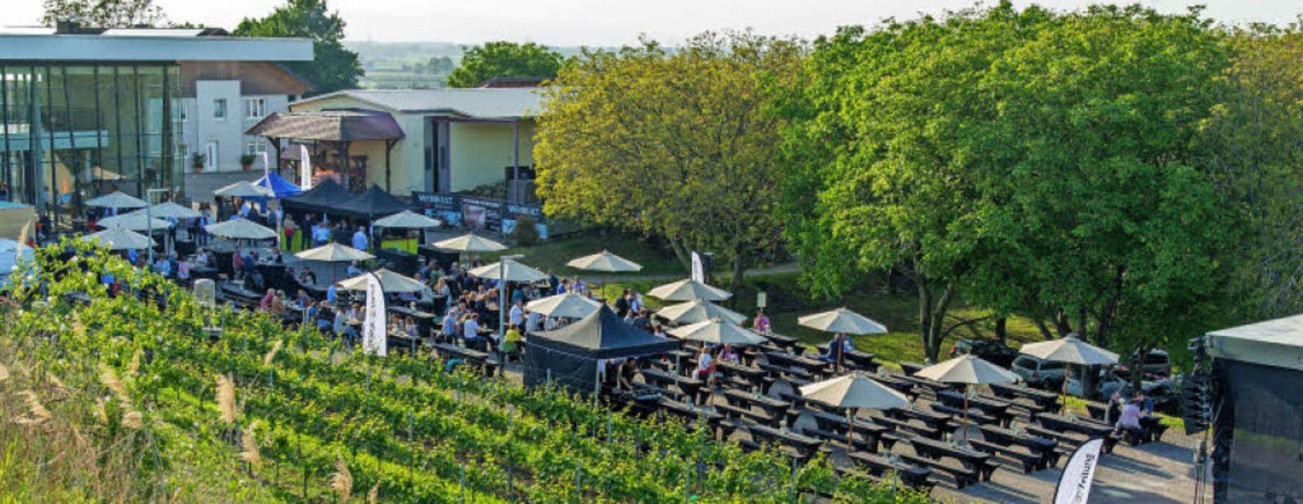 Gelungenes Ambiente bei Weinkult Breis...edeckten Tische vor dem Weingut Weber.  | Foto: Olaf MIchel