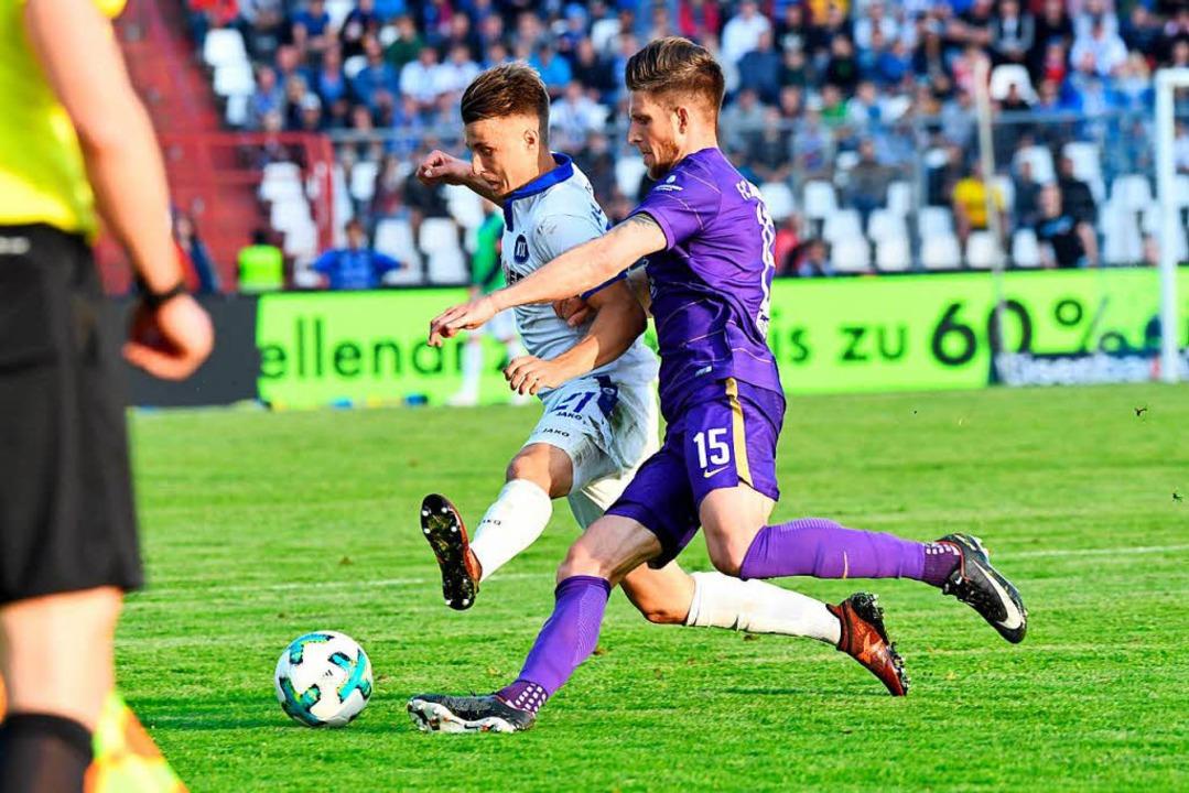 Der Karlsruher Marco Thiede (links) un...Auer Dennis Kempe kämpfen um den Ball.  | Foto: dpa