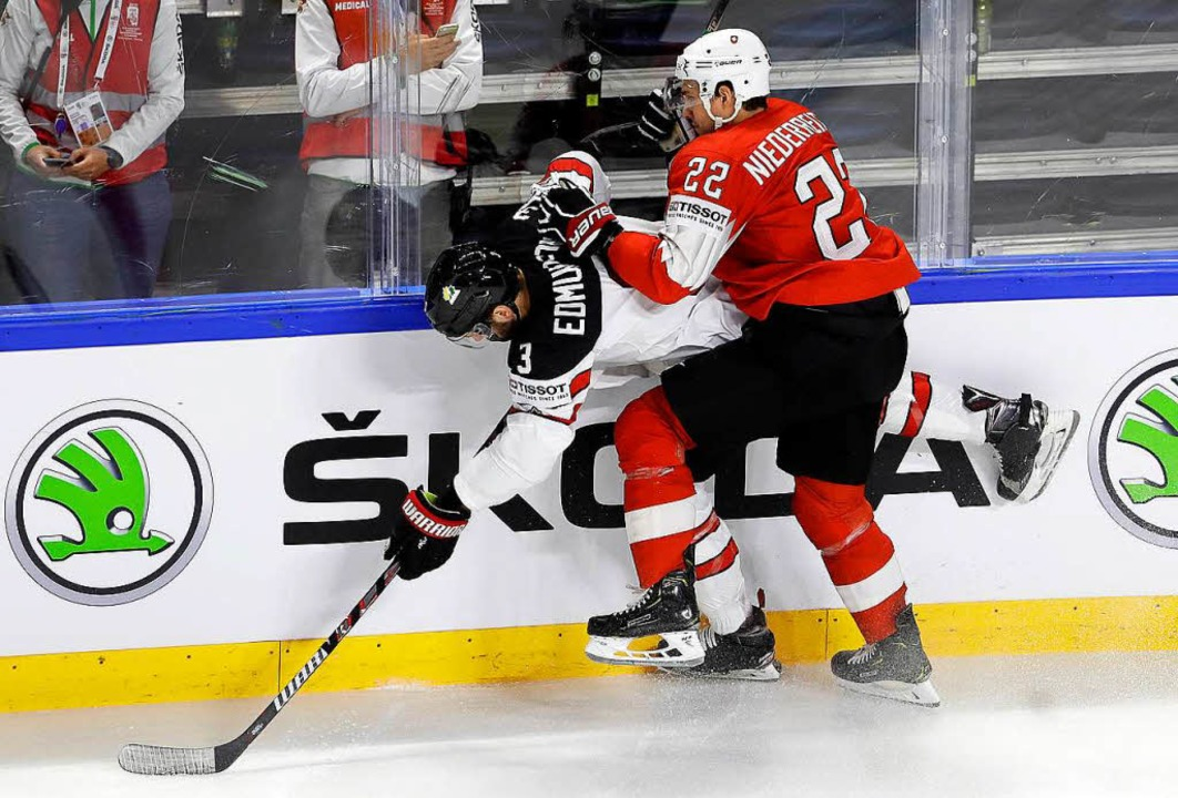 Der Schweizer NHL-Stürmer Nino Niederr...n Aktion gegen Kanadas Joel Edmundson.  | Foto: dpa
