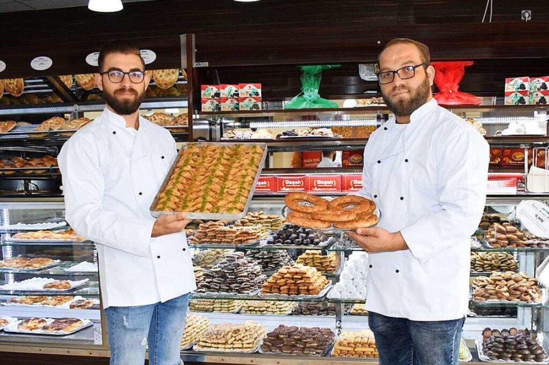 Ahmed (links) und Ismail, die zwei Brü... Sesamringen zwei ihrer Spezialitäten.    Foto: Frank Schoch