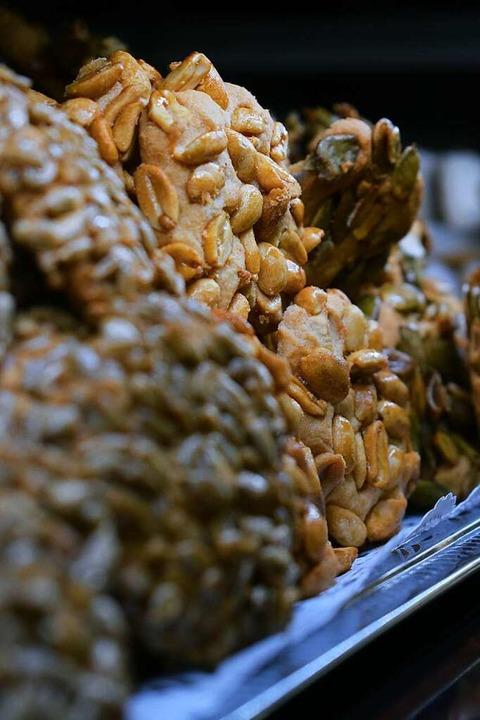 Auch Taler mit Sonnenblumenkernen, Erd...n und Kürbiskernen gehören zum Angebot    Foto: Frank Schoch