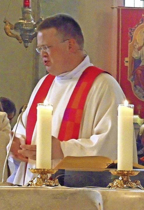 Julian Donner  feierte seine Primiz zu...Priestern, Diakonen und Ministranten.   | Foto: Michael Gottstein